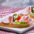 Chlebíček debrecínkový na bramborovém salátě