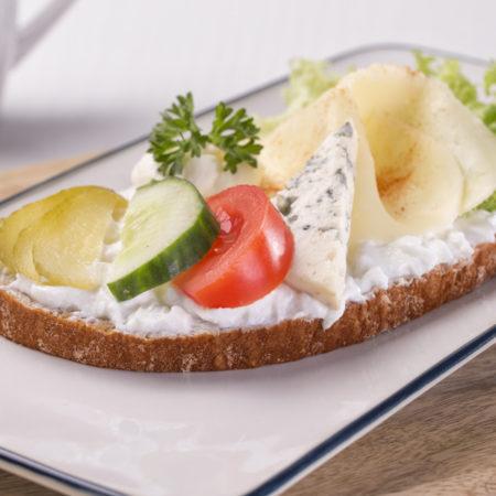 tvaroh, obložený chleba se sýrem